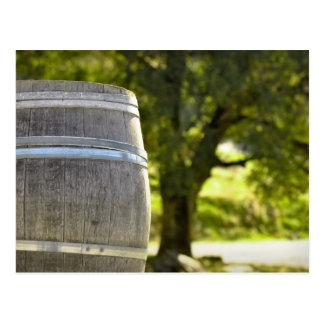 Barril de vino usado para almacenar el vino del postal