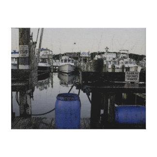 Barriles azules en el puerto deportivo lienzo envuelto para galerias
