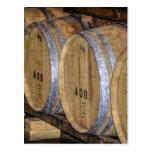 Barriles de vino almacenados postal