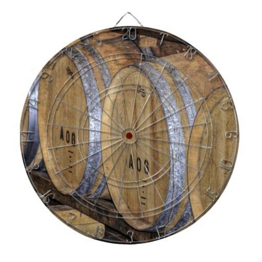 Barriles de vino almacenados tablero dardos
