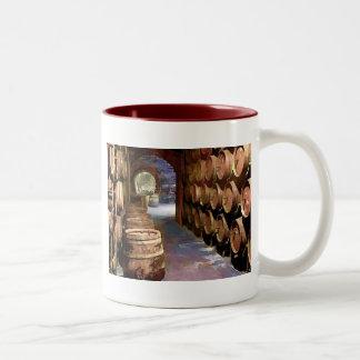Barriles de vino en la bodega taza de café