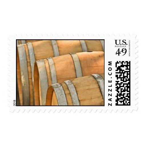 Barriles de vino usados para almacenar el vino del envio