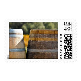 Barriles de vino usados para almacenar el vino del sello