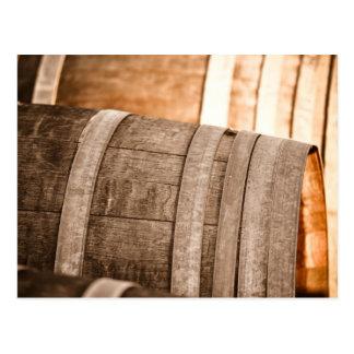Barriles de vino usados para almacenar el vino del tarjeta postal