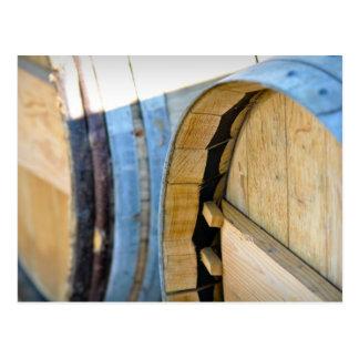 Barriles de vino usados para almacenar el vino del postal