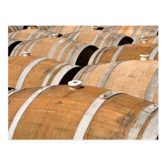 Barriles de vino usados para almacenar el vino del postales