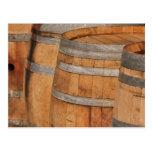 Barriles de vino usados para almacenar el vino del tarjetas postales