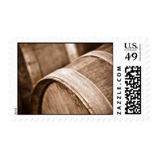 Barriles de vino usados para almacenar el vino del timbres postales