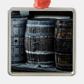 Barriles rústicos del whisky del país adorno navideño cuadrado de metal