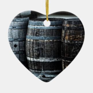 Barriles rústicos del whisky del país adorno navideño de cerámica en forma de corazón