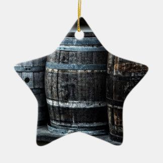Barriles rústicos del whisky del país adorno navideño de cerámica en forma de estrella