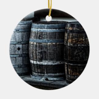 Barriles rústicos del whisky del país adorno navideño redondo de cerámica