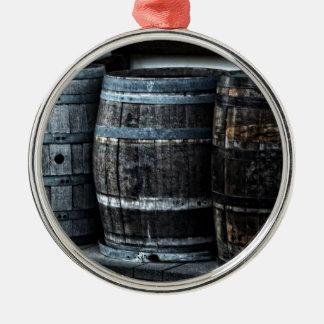 Barriles rústicos del whisky del país adorno navideño redondo de metal