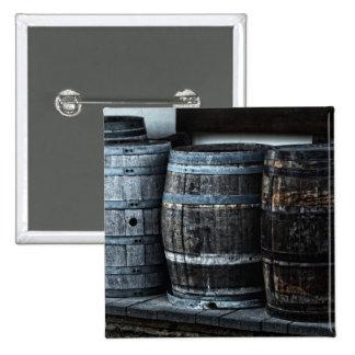 Barriles rústicos del whisky del país pin cuadrado