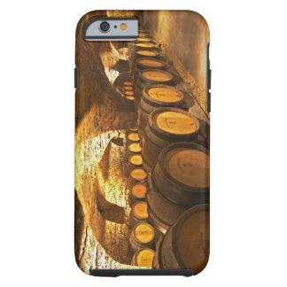 Barrles del roble en el sótano en Domaine Comte Funda De iPhone 6 Tough