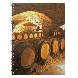 Barrles del roble en el sótano en Domaine Comte Libro De Apuntes