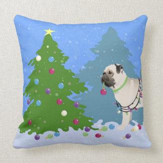 Barro amasado que adorna un árbol de navidad en el cojín
