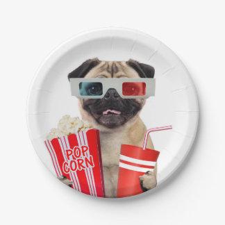Barro amasado que mira una película platos de papel