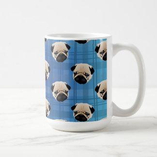 Barros amasados en la tela escocesa azul de la taza