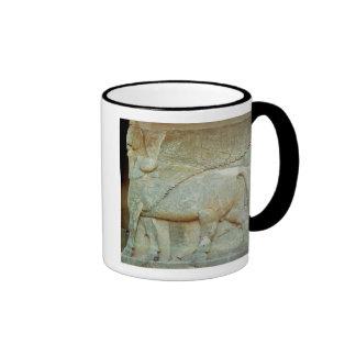 Bas-alivio de un toro antropomorfo taza de café