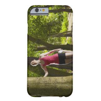 Basculador que estira en bosque funda de iPhone 6 barely there