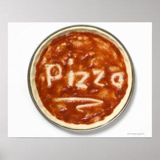 Base de la pizza con la salsa de tomate y la palab posters