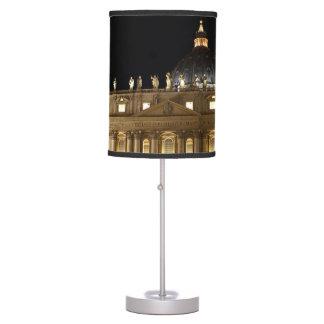 Basílica de la Ciudad del Vaticano en la noche