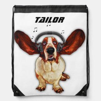 Basset Hound con los auriculares, mochila del lazo