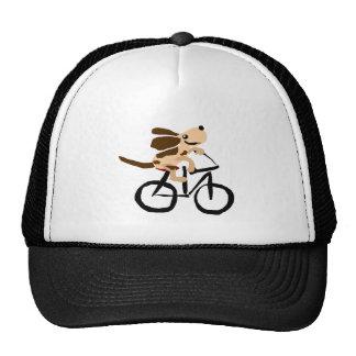 Basset Hound divertido que monta la bicicleta Gorras