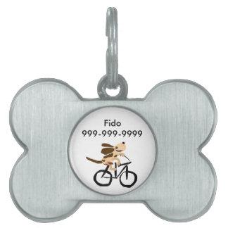 Basset Hound divertido que monta la bicicleta Placas De Nombre De Mascota