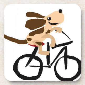 Basset Hound divertido que monta la bicicleta Posavasos De Bebida
