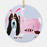 Basset Hound en juego rosado del conejito Ornamento Para Arbol De Navidad