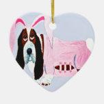 Basset Hound en juego rosado del conejito Ornamentos De Reyes