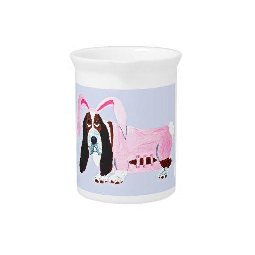 Basset Hound en juego rosado del conejito Jarrones