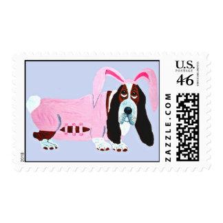 Basset Hound en juego rosado del conejito