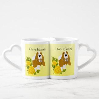 Basset Hound y rosas amarillos Set De Tazas De Café