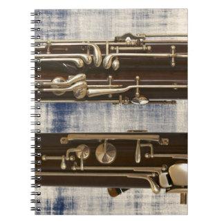 Bassoon en el cuaderno espiral descolorado de la m