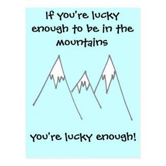Bastante afortunado estar en montañas tarjeta postal