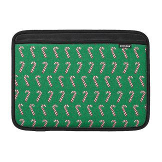 Bastones de caramelo del día de fiesta en verde fundas macbook air