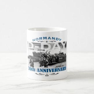 Batalla del aniversario del día D 70.o de Taza Básica Blanca