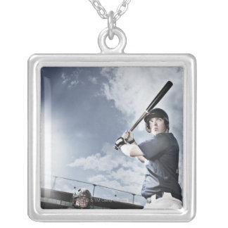 Bate de béisbol de balanceo del jugador de béisbol collar plateado