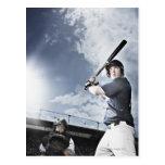 Bate de béisbol de balanceo del jugador de béisbol postales