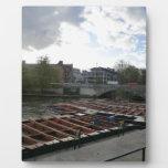 Bateas en la leva del río en Cambridge Placa Para Mostrar