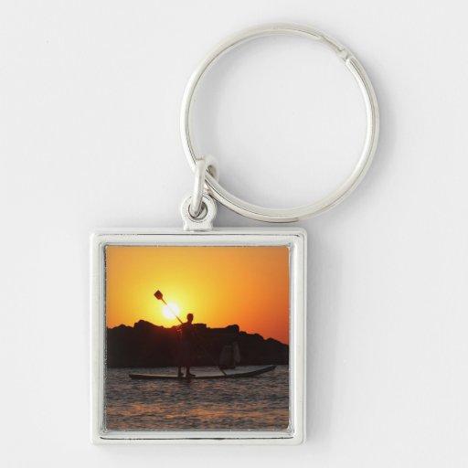 Batimiento en el mar en la puesta del sol llavero