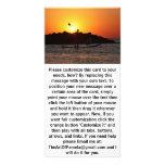 Batimiento en el mar en la puesta del sol tarjetas fotograficas