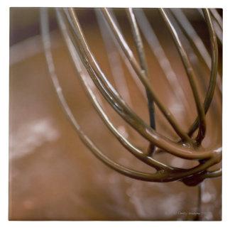 Batir el chocolate en un cazo para derretir teja  ceramica