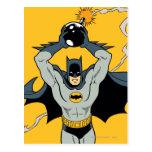 Batman que corre con la bomba postales