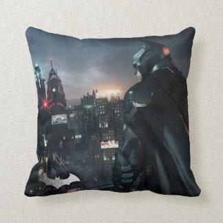Batman que mira sobre ciudad cojín