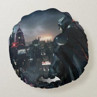 Batman que mira sobre ciudad cojín redondo