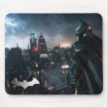 Batman que mira sobre ciudad tapete de ratón